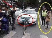 日产轿车撞上骑自行车的大爷,结果大爷没事,轿车却受损严重