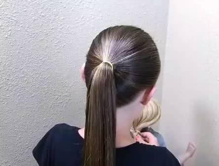 儿童交叉马尾辫编发 编发步骤 第一步:先将头发扎一个马尾.