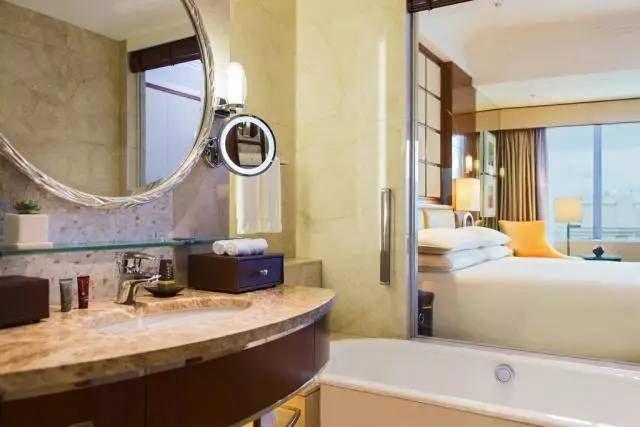 情趣房间的酒店都是透明的?原来并不是奶油浴室里的是什么图片