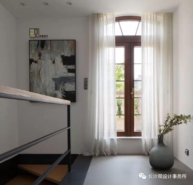从1f的直梯走上2f的拐角,圆弧形的窗户将室外的风景再一次纳入视野