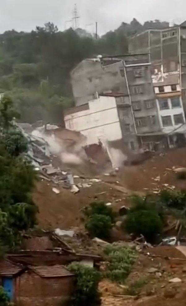 广西连续数日降雨 多栋楼房在居民眼前接连倒塌