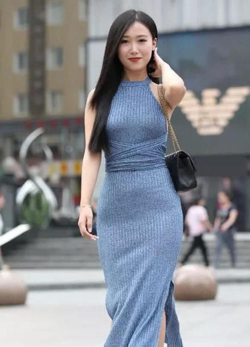 """有一种""""海水蓝绑带裙""""火了,开叉设计尽显大长腿,优雅气质十足插图(2)"""