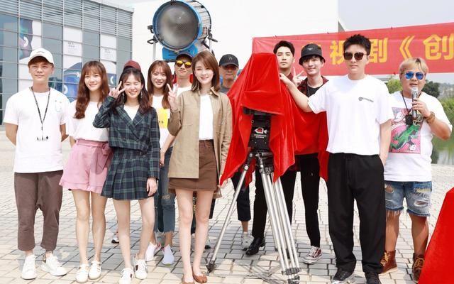 开机仪式乔欣和贾乃亮组CP,穿半身短裙秀筷子腿,亮亮黑白配帅气