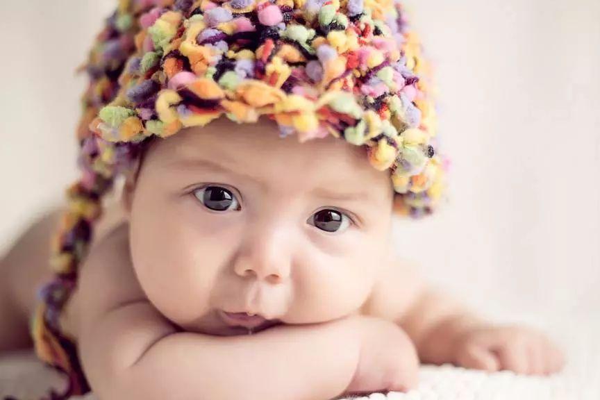 从宝宝满月开始就可以让他趴着玩,但此时没有必要为了让宝宝早日抬头图片