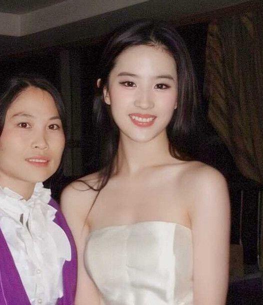 """<b>有种""""惊艳""""叫刘亦菲变胖,撑起一身黑西装,霸道女总裁A翻全场</b>"""