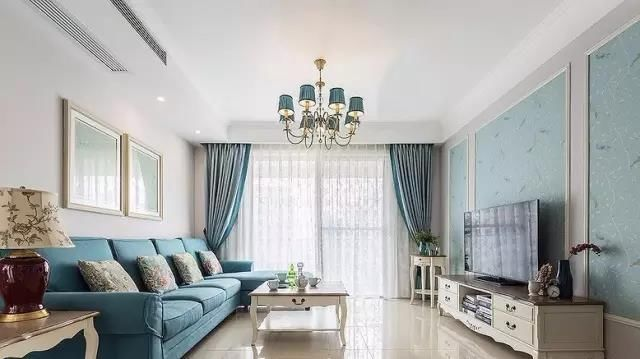 石膏线框配墙纸是整个客厅的一大亮点