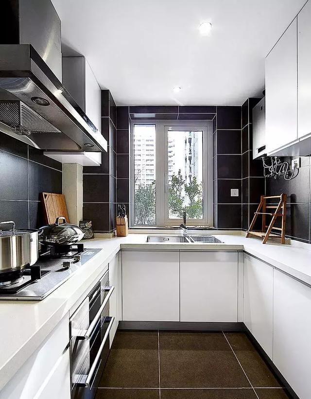 一般情况下,正方形格局的厨房是最适合u字型布局的,因为u字型布局,对