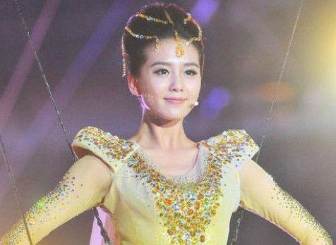 盘点历届金鹰女神服装造型,唐嫣高贵赵丽颖甜美,她的造型辣眼睛