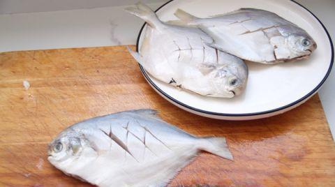 鱼刺卡在喉咙里,别再喝醋了,教你1招,让鱼刺自己跑出来!