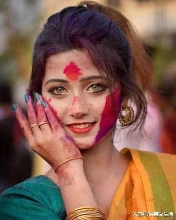 还记得因精灵眼而火爆的印度女孩吗?