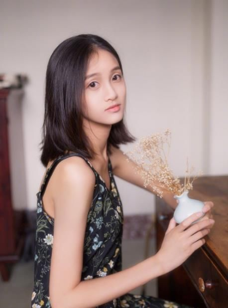 来自广东的广州商学院2015级本科女孩一个水顺眼女生说看着图片