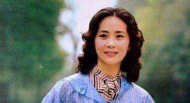 曾和赵忠祥搭档主持春晚,两婚两离吞药轻生,今定居国外安享晚年
