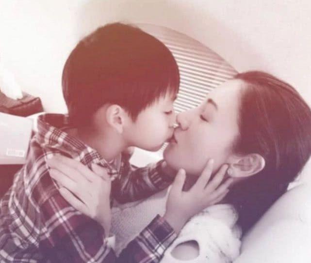 父母能和孩子亲嘴吗?张柏芝晒照与大儿子嘟嘴亲吻,张亮做法获赞