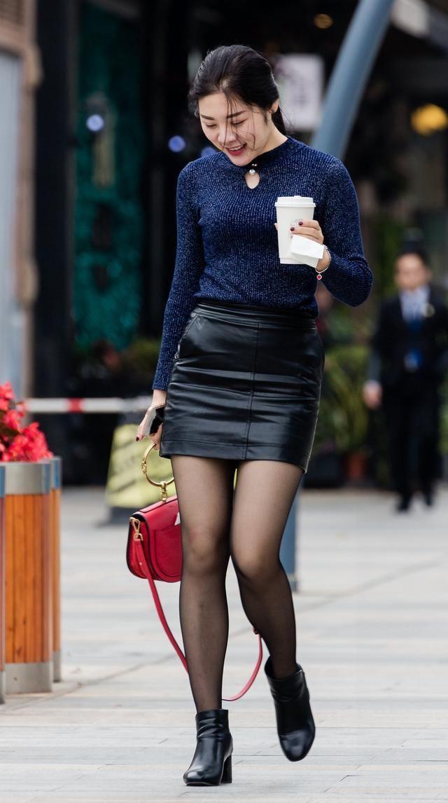 时尚街拍 酷酷的女孩,一看小姐姐的身材和走姿就知道是练过的图片