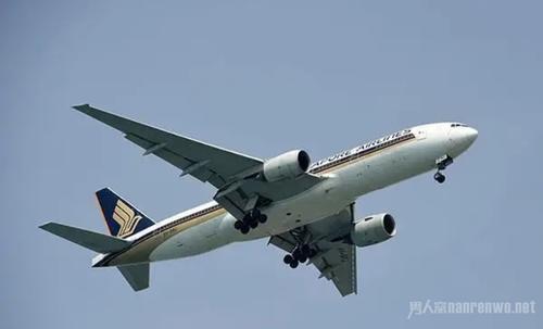 航班遭遇炸弹威胁安全抵达后两人被扣留问话