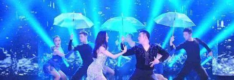 迪丽热巴在台上热舞 有谁看到肖战的表情?网友:控制下你的表情