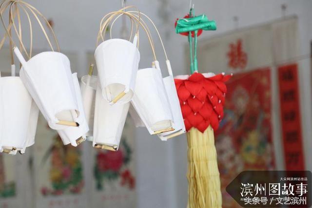 推荐 正文  莲花灯以高粱杆和彩纸为原料,将长短粗细合适的高粱杆扎成
