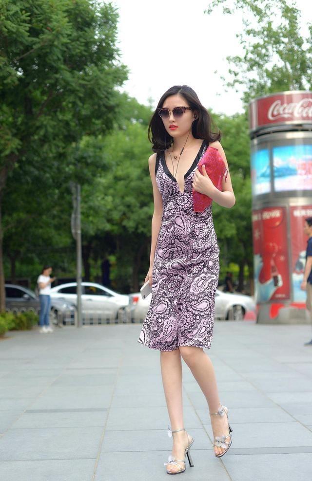 街拍 美女香奈儿的包包,iPhone的电话,奔驰的汽车,大家评价下图片