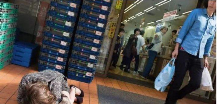 """实拍镜头下的日本街头,年轻人在夜晚狂欢,白天街头成为""""墓地"""""""