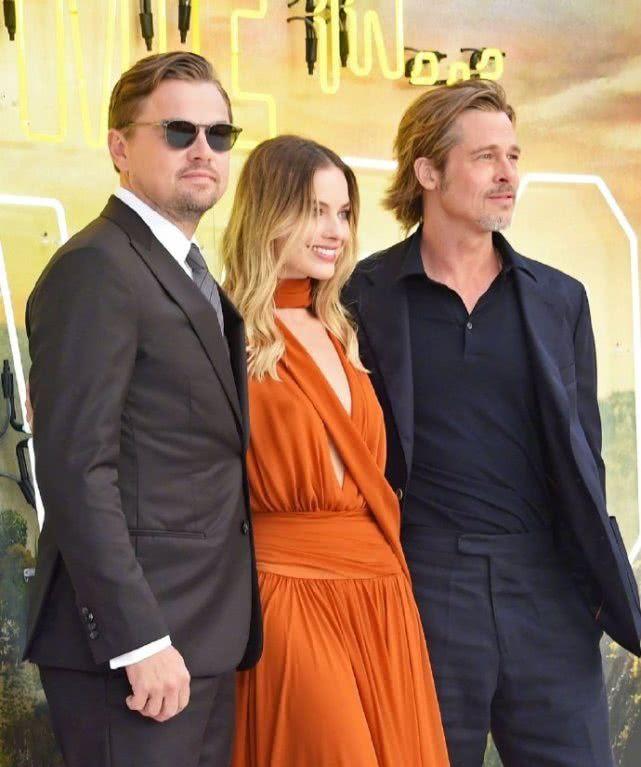 《好莱坞往事》伦敦首映礼,小李子和皮特同框耍酷风格囧异很吸睛