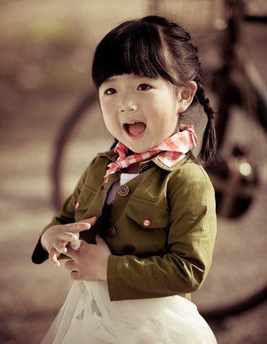 小女孩齐刘海双编发发型