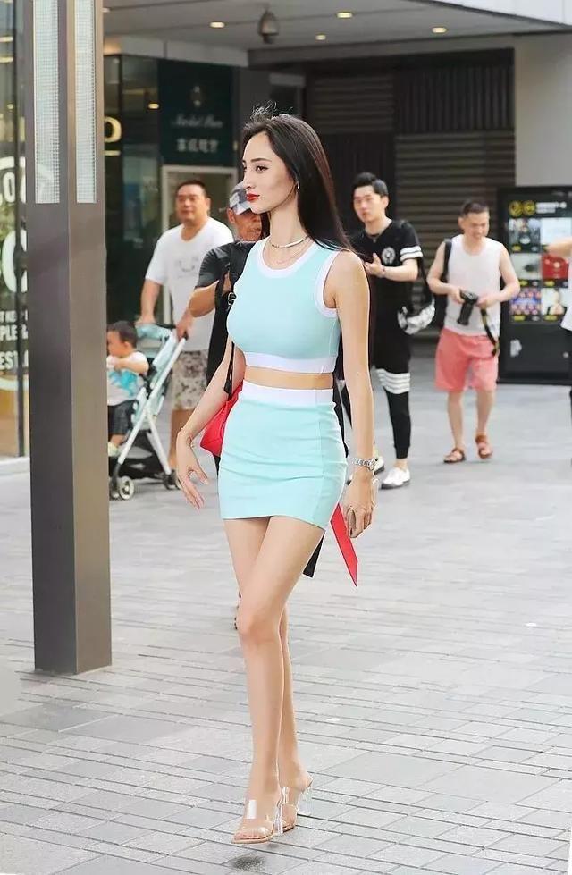 高跟鞋时尚搭配,展示出青春的女性的朝气
