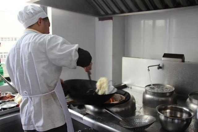 大厨揭秘炒菜为何只用汤勺不用铲子网友:涨知识了