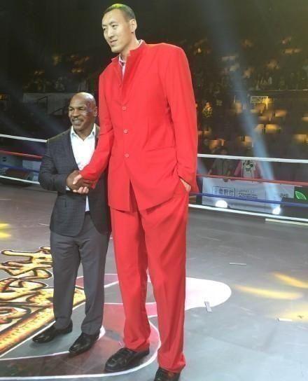 和身高2米36孙明明合影:一龙泰森小鸟依人,乔丹柳岩略