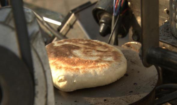 民间大爷发明全自动烧饼机1小时200个烧饼效率是人工的几倍