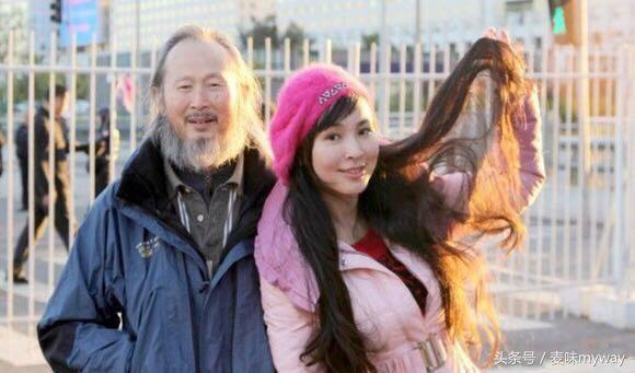 """李壮平说,《东方神女山鬼系列》是以""""女神""""为主的油画作品集,象征着图片"""