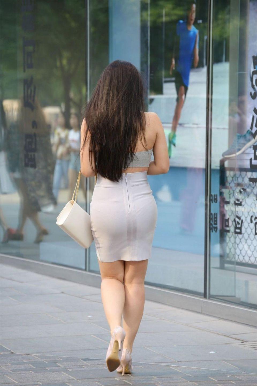 街拍:街头偶遇灰色包臀短裙美女,臀部硕大身材圆润,十分让人着迷