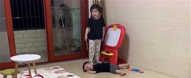 <b>双胞胎兄弟被姐姐训哭,妈妈安慰:再忍忍,还有50天姐姐就开学了</b>