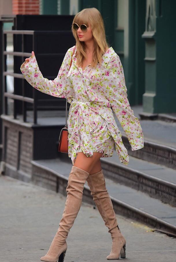 女星泰勒斯威夫特纽约街头娇美拍照,她的长筒靴特别时尚