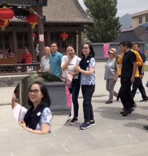 66岁的林凤娇穿紫衣扮嫩,双腿真的很细,一点不比吴绮莉差