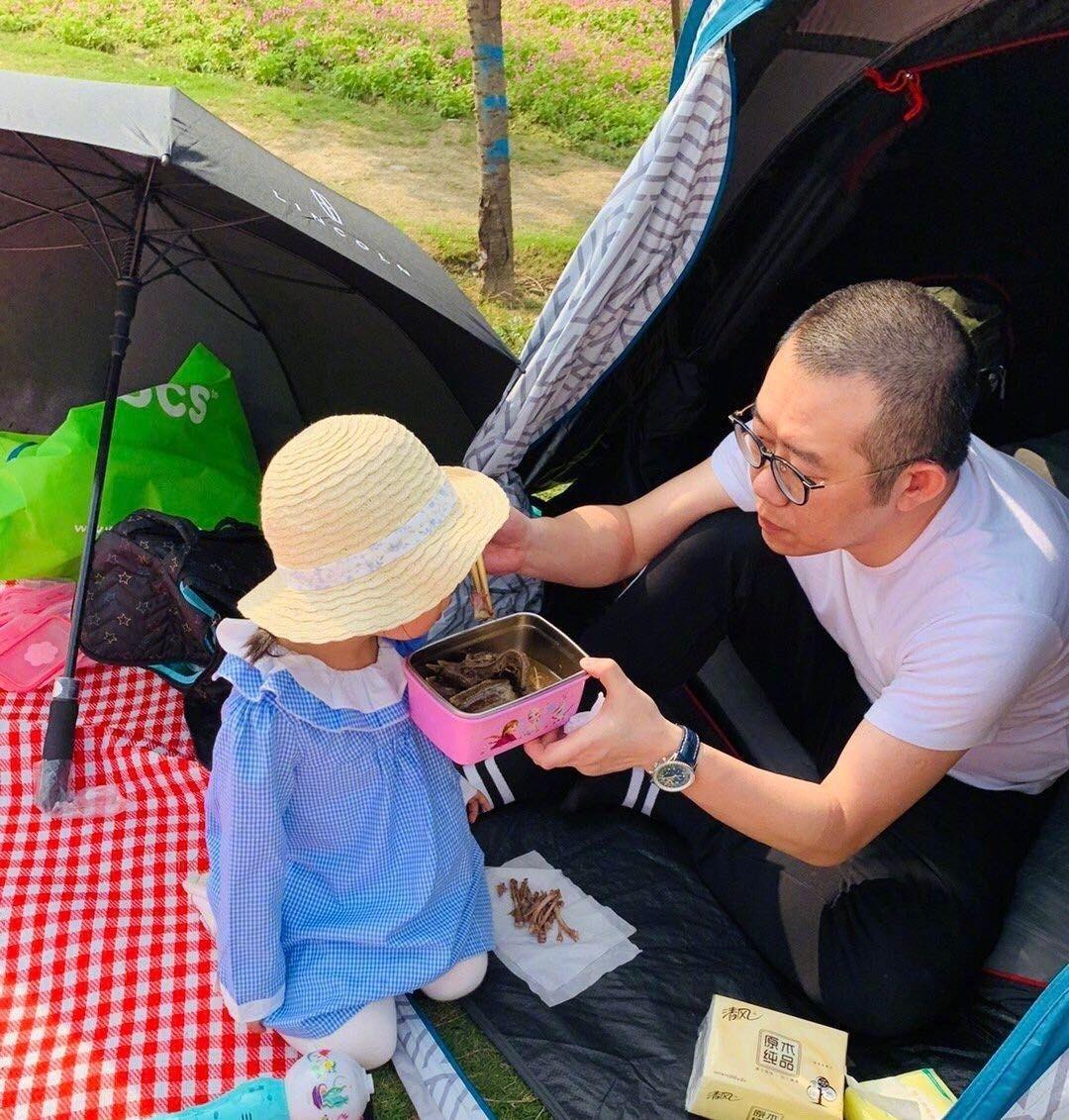 涂磊带家人游成都,小樱桃坐爸爸肩上超有爱,涂老师全程照顾女儿