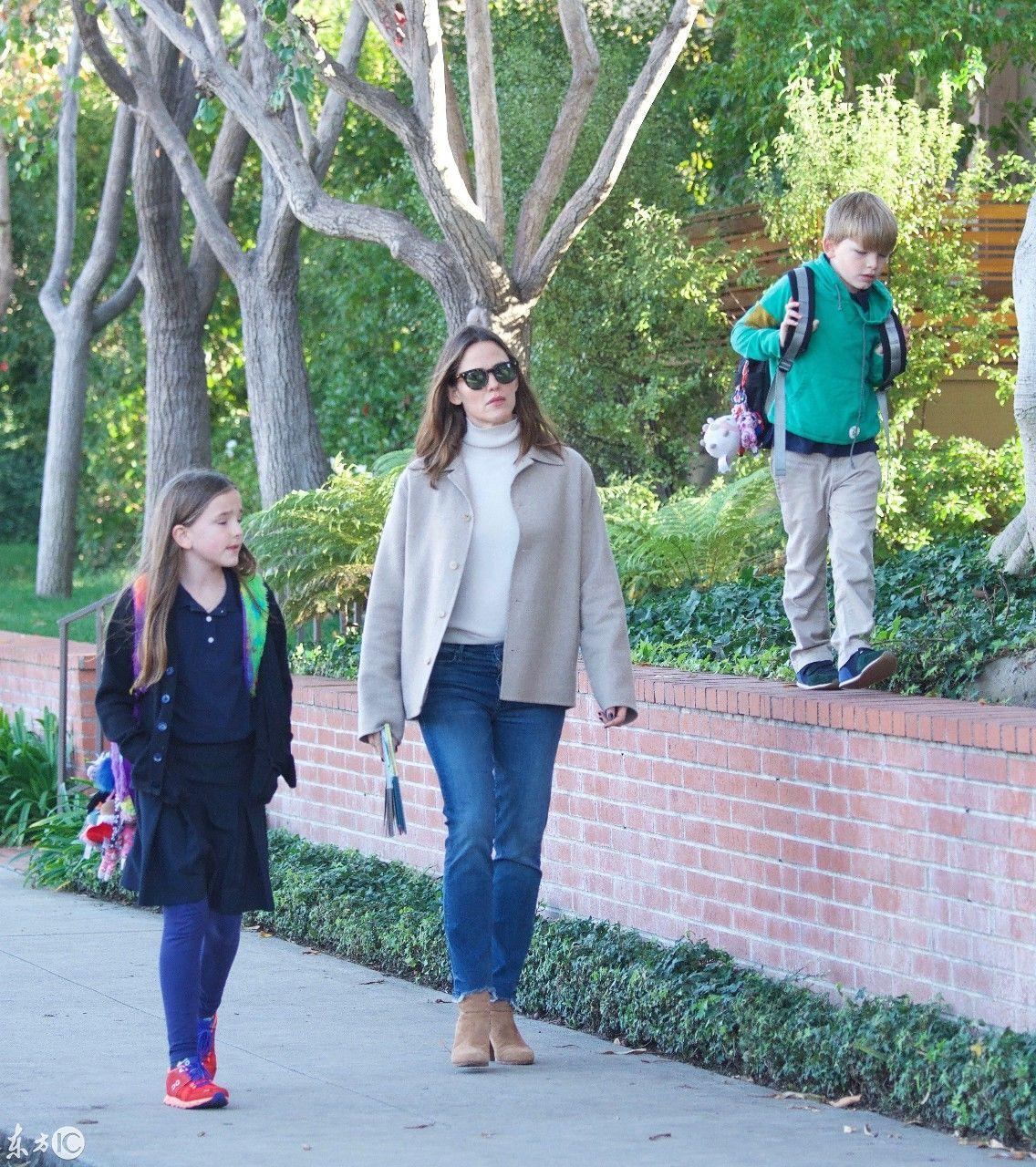 美国女星詹妮弗加纳接二女儿和小儿子放学小果情趣优美女写真图片