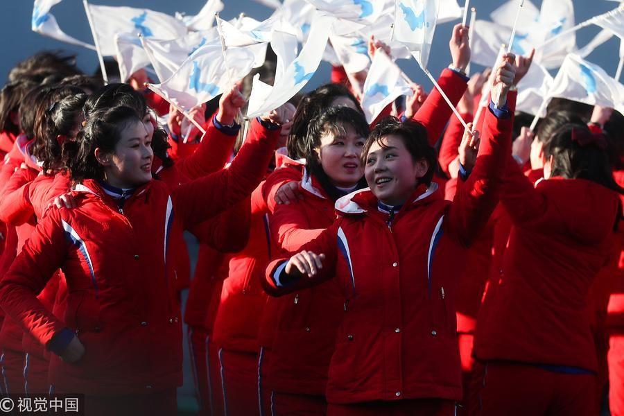 朝鲜拉拉队红色制服出席韩朝共同发展特别展