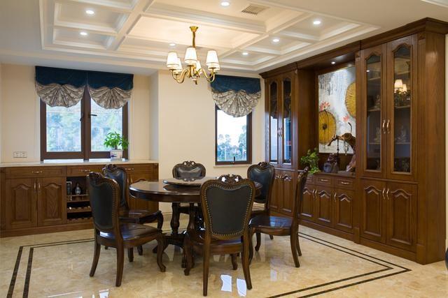 美国是一个讲究浪漫和崇尚自由的国度。因此,在其家居装修风格上就展示出独特、自由自在、随意不羁的休闲浪漫美式风格。同时,也得到了无数追求自由放松的年轻人青睐。  在美式风格设计中,不会采用过多的色彩。因此本案美式风格主色调为白色,客厅沙发背景墙和电视背景图采用白色实木护墙板,简单的线条,立体动物造型的壁灯营造出一种怀旧、浪漫的感觉。  餐厅区域的地砖使用波导线,给空间区域进行了划分,强调出餐厅空间的所属范围。餐厅中间粗犷、大气的餐桌椅,搭配复古造型的餐边柜,让人迷失在时光隧道中。  本案设计师将美式风格擅用