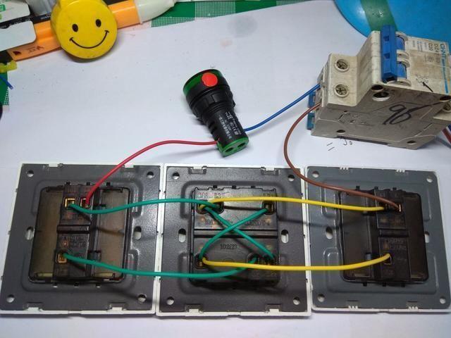 多控开关上有6个接点,如果用作一灯三控接线,需要跳线.