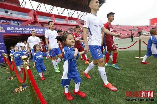 此前十七小学生也作为球童参加球员入场仪式.图片