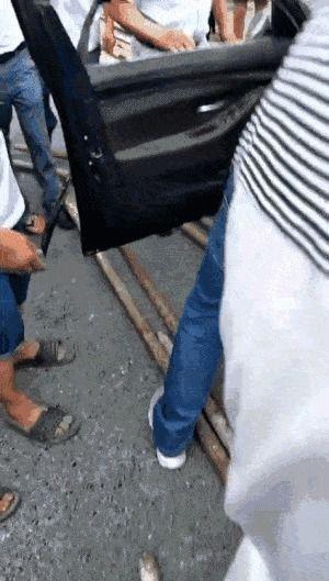 杭州发生一起车祸,宝马前挡玻璃被钢管击穿,众人齐救援