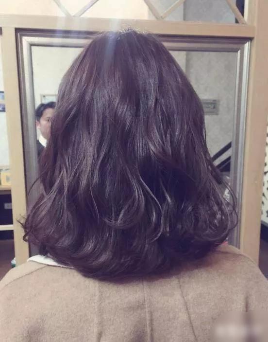 年底最流行烫发,中发造型烫,动感显气质,一款时尚最前沿的发型图片