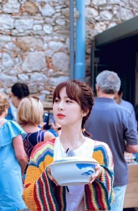 杨紫中餐厅路透,近镜头下谁注意她的手机壳?网友:终于有同款
