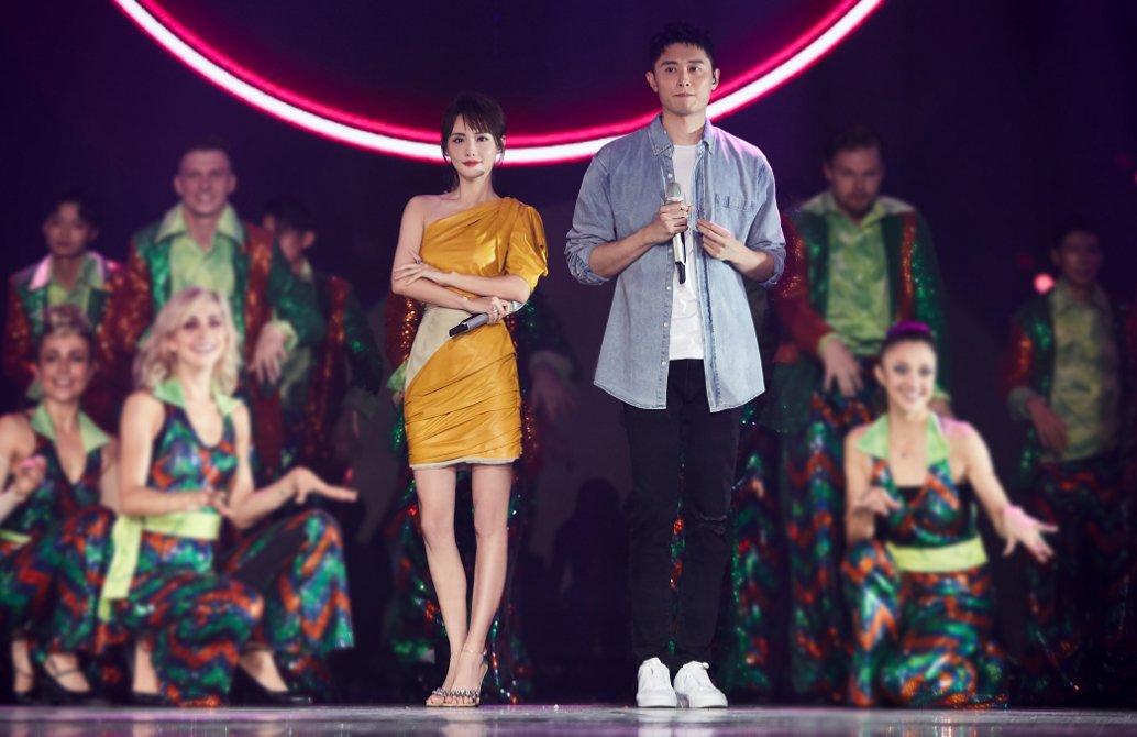张嘉倪夫妇罕见同台演唱买超又得意了,甜蜜的两人像极了偶像剧