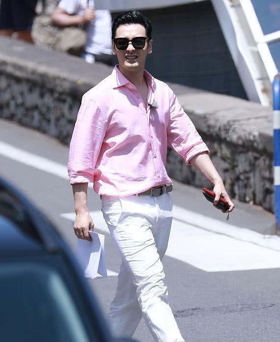 黄晓明穿粉色现身意大利,似行走的荷尔蒙!