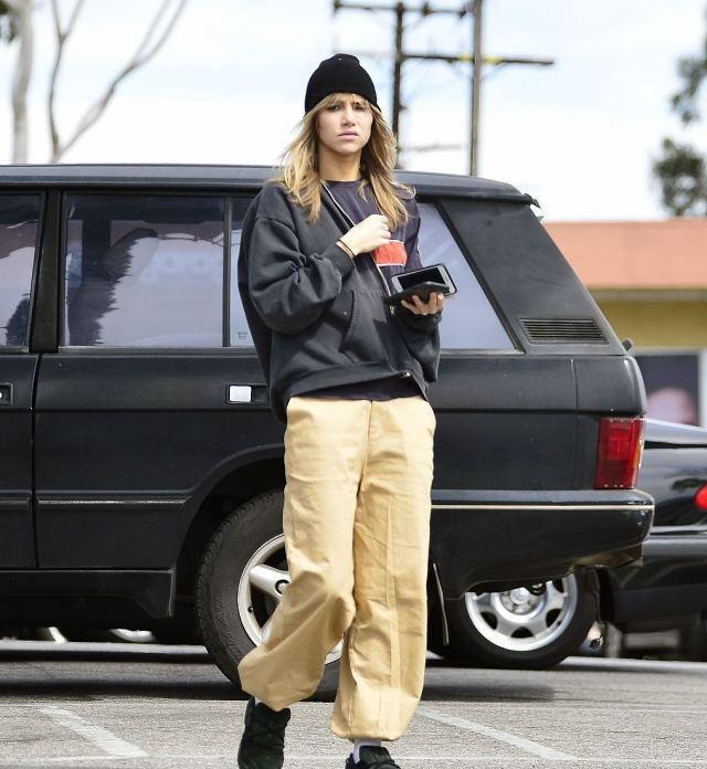 苏琪·沃特豪斯现身洛杉矶,英国女星帅气造型走路带风秀发飞扬!