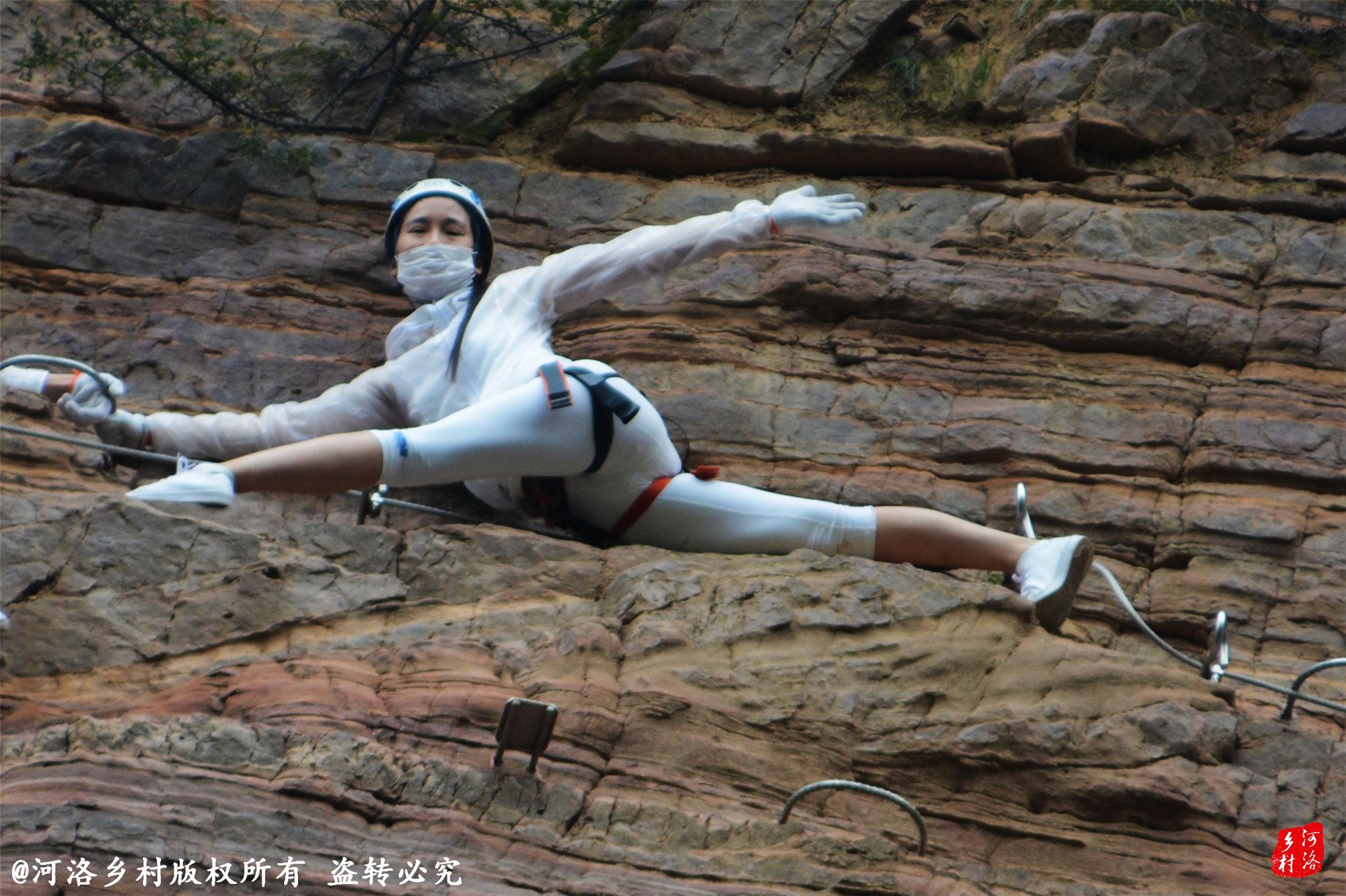 40位美女挑战极限 百米绝壁走钢索秀瑜伽