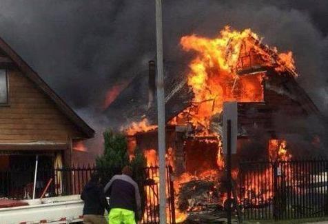 惨烈!遭电缆线缠绕,智利小飞机坠毁民宅机上6人全部死亡