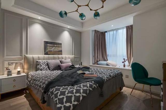 让房间显得通透,简洁,白色的洗手柜,金属边框的圆镜,电动马桶,让卫生