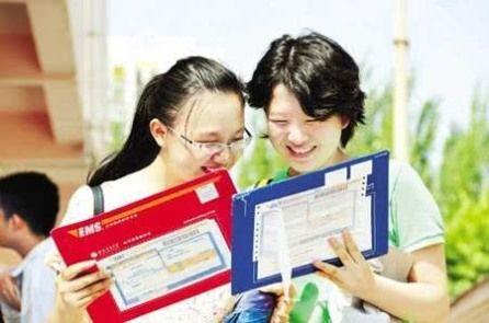 """学生收到录取通知书,家长给快递员""""随手""""红包,快递员该收吗?"""